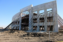 Curved tilt wall building with steel supports